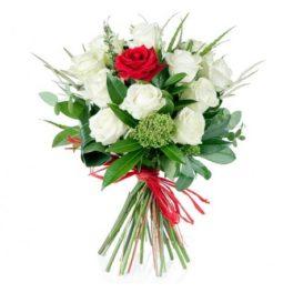 bouquet 11 rose bianche e 1 rosa rossa al centro