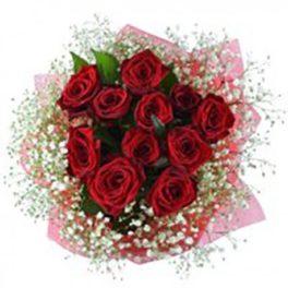 11 rose rosse con nebbiolina e confezione e fiocco rosa
