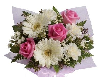 Bouquet di rose rosa, gerbere bianche