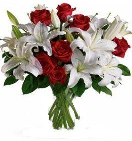 Bouquet lilium bianchi e Rose Rosse