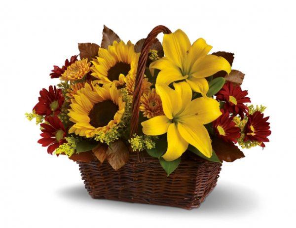 Cesto di fiori freschi composizione con girasoli e lilium gialli