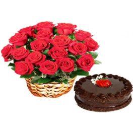 Cesto di fiori freschi con rose rosse composizione con torta