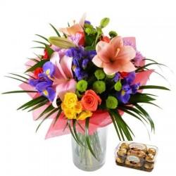Bouquet con fiori misti di stagione e cioccolatini