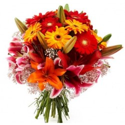 Bouquet con gerbere e lilium colorati