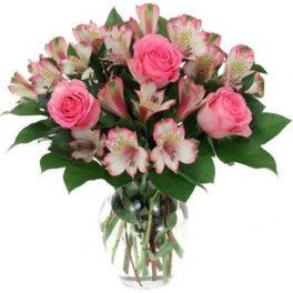 Bouquet con rose rosa e astromerie rosa