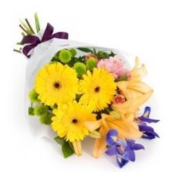 Bouquet con gerbere gialle, lilium, fiori colorati