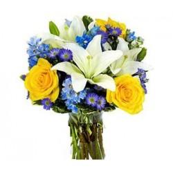 Bouquet con lilium bianchi, rose gialle e fiorellini blu