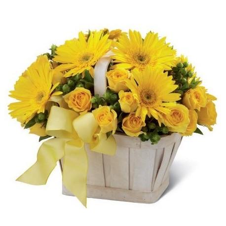 Cestino di fiori freschi composizione con fiori gialli misti di stagione