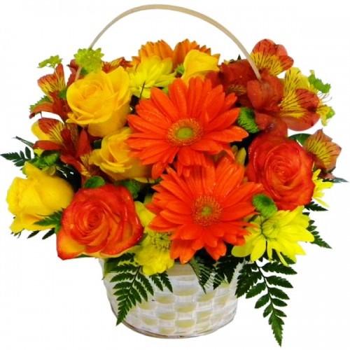Cesto di fiori freschi con gerbere arancio e rose gialle composizione vivace
