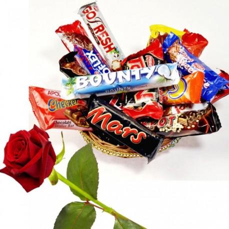 Cestino con dolciumi misti al cioccolato e rosa rossa