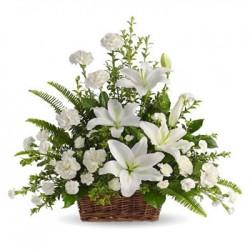Cesto di fiori freschi composizione fiori bianchi misti