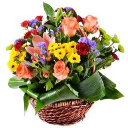 Cesto di fiori freschi misti colorati composizione fiori di stagione