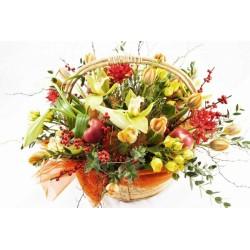 Cesto con fiori freschi composizione di fiori di stagione e mele