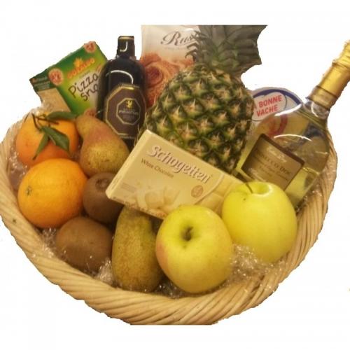 Cesto gastronomico da regalo con frutta vino biscotti e cioccolato