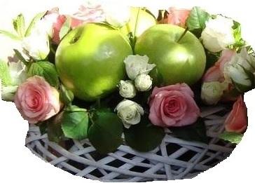 Cesto di fiori bianchi e rosa composizione fiori e mele