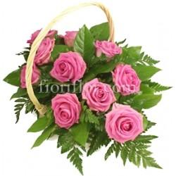 Cesto di fiori freschi composizione con rose rosa