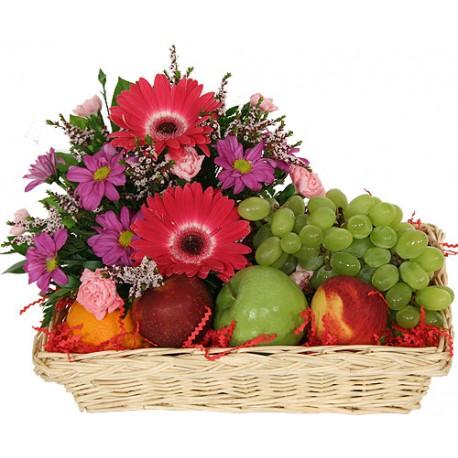 cesto con fiori e frutta di stagione