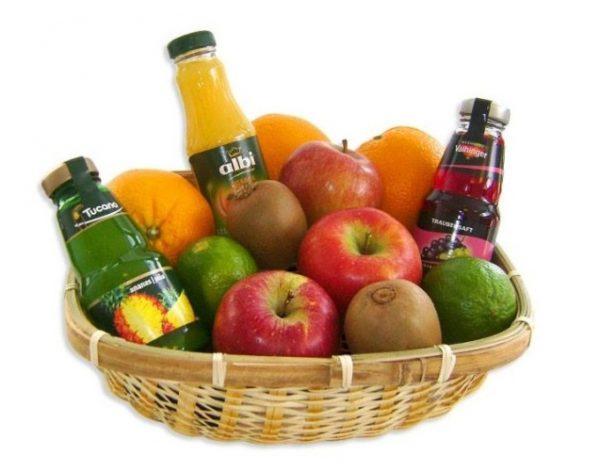 cesto di frutta e succhi di frutta