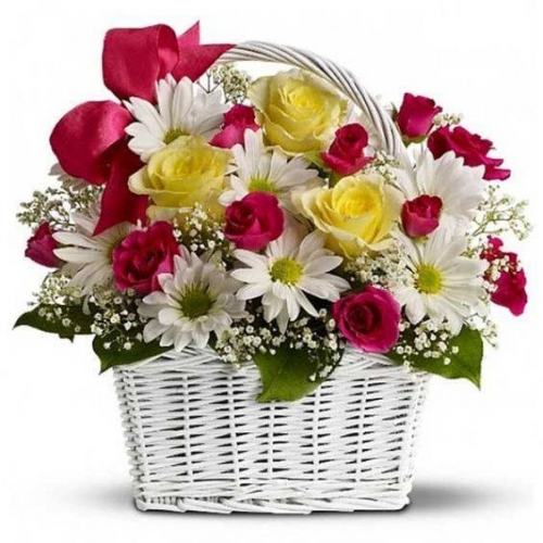 Cesto di fiori freschi composizione con rose colorate e margherite