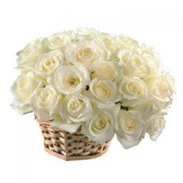 cesto con rose bianche
