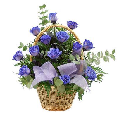 Cesto di fiori freschi composizione con 15 rose blu