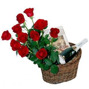 Cesto con 11 rose rosse, spumante e cioccolatini