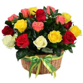Cesto di fiori bellissimi composizione con rose colorate