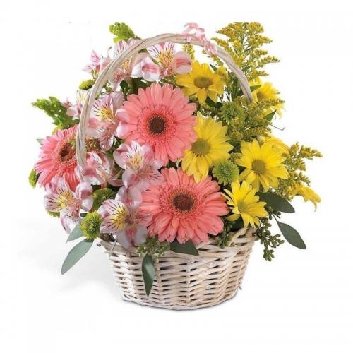 Cesto di fiori freschi composizione con fiori misti colorati di stagione