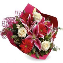 bouquet con gerbere rosse, lilium rosa, rose bianche