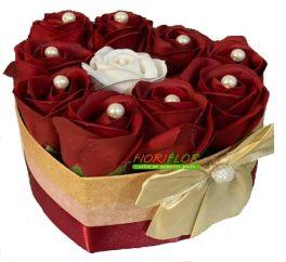 Box Cuore con composizione di rose rosse e rosa bianca di sapone