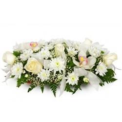 Composizione funebre con fiori bianchi: rose, crisantemi e orchidee