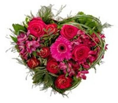 Composizione a forma di cuore con rose rosse, gerbere rosa e fiorellini rosa e rossi