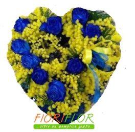 Composizione a Cuore con fiori di mimosa e rose blu