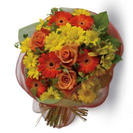 Bouquet con fiori dai toni del giallo e arancio e verde decorativo