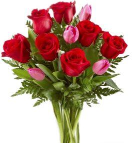 Bouquet con rose rosse e tulipani rosa