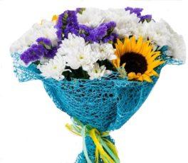 bouquet con girasoli e fiori di stagione bianchi e blu
