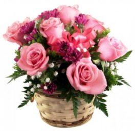 Cestino di fiori freschi composizione di roselline Rosa