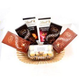 Cesto con cioccolato Lindt e Ferrero