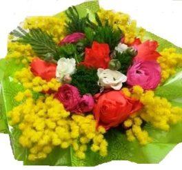 Bouquet di mimosa e fiori misti di stagione con verde decorativo
