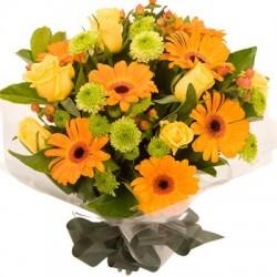 Bouquet di gerbere arancio, rose gialle e crisantemini verdi