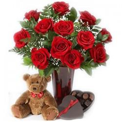 Mazzo di rose in vaso con peluches e cioccolatini