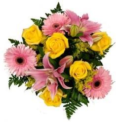 Bouquet con rose gialle, gerbere e lilium rosa