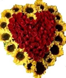 Composizione a forma di cuore con girasoli e rose rosse