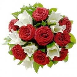 Bouquet di 9 rose rosse, lilium bianchi