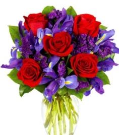 bouquet con rose rosse, iris blu e statice