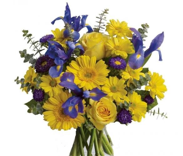Bouquet con iris blu, rose gialle e gerbere gialle con verde decorativo