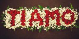 composizione di rose rosse con scritta ti amo