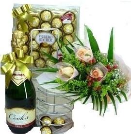 Bouquet di rose, bottiglia di spumante, cioccolatini