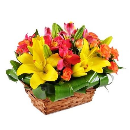 Cesto di fiori freschi composizione fiori con Lilium e Roselline