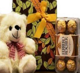 pacco regalo con orsachiotto di peluche e cioccolatini